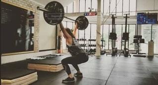 屋内,床,人物,人,若い,トレーニング,ジム,体力,重量挙げ,有酸素運動,ウエイトトレーニング,ボディパンプ,運動器具,筋力トレーニング,残高,重み,クロスフィット,ヨガパンツ,サーキットトレーニング,フリーウェイトバー,フィットネスプロフェッショナル,女性アスリート