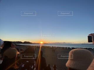 空,屋外,ビーチ,夕暮れ,水面,人物,人,初日の出