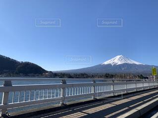 鉄の線路上の列車の写真・画像素材[4387081]