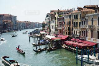 ヴェネツィアの橋から眺めた水上経路の写真・画像素材[4375720]