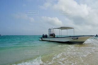 水の上に浮かぶ小さなボートの写真・画像素材[4378323]