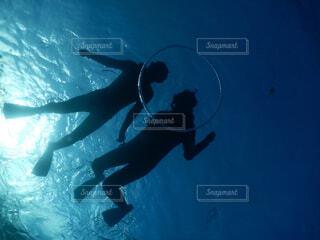海を泳いでる人の写真・画像素材[4380176]