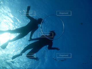 水中から見るシュノーケル中の女性の写真・画像素材[4380174]