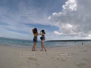 ビーチに立ってる女性の写真・画像素材[4681838]