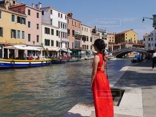 赤のワンピースを着る女性の写真・画像素材[4681841]