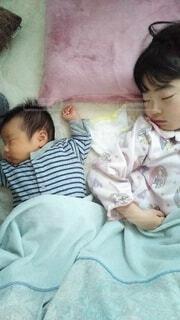 弟とお姉ちゃんの写真・画像素材[4395577]