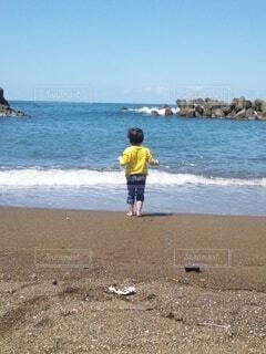 海に向かう子供の写真・画像素材[4374100]