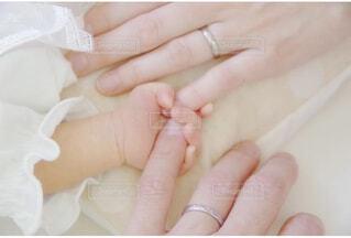 赤ちゃんと手を繋いだ日の写真・画像素材[4377685]