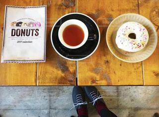 ドーナツと紅茶で至福のティータイムの写真・画像素材[4377717]