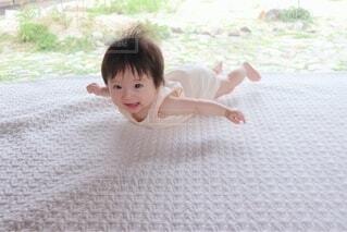 飛んでる?赤ちゃんの写真・画像素材[4644959]