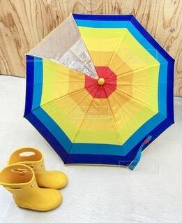 お気に入りの傘を眺めてにこにこの写真・画像素材[4652134]