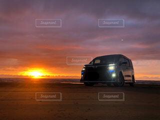 列車は日没時に停車するの写真・画像素材[4377417]