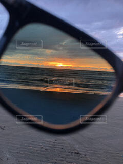 海,空,夕日,夜景,砂,サングラス,ビーチ,雲,砂浜,夕焼け,海岸,景色,反射,ミラー,サンセット,オブジェクト,ぼやける,シースケープ