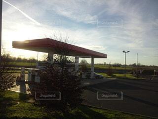 風景,空,屋外,海外,雲,車,草,樹木,旅行,フランス,車両,ガソリンスタンド