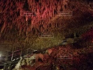 赤い洞窟内、圧倒的な時間の流れに思いをはせるの写真・画像素材[4378375]
