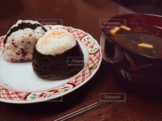 シャケオムスビとウメオムスビとお味噌汁の写真・画像素材[4945116]