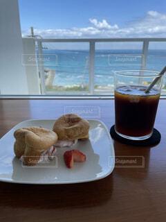 食べ物の皿とコーヒー1杯の写真・画像素材[4379493]
