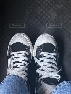 青い靴を履いた足の写真・画像素材[4379043]