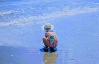 波打ち際で遊ぶ少女の写真・画像素材[4649407]