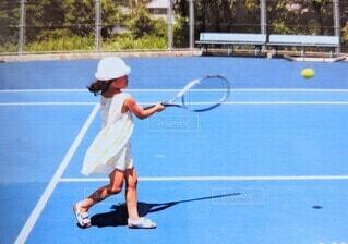 テニスをする女の子の写真・画像素材[4672977]