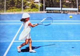 テニスをする少女の写真・画像素材[4797887]