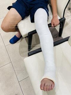 足,人物,人,サッカー,靴下,骨折,ケガ,履物,松葉杖,ギブス,けが,サッカー少年,歩けない,フィート,こっせつ,足固定,足ギブス,脛骨骨折,脛骨