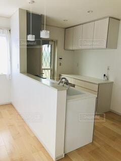 白を基調としたカウンターキッチンの写真・画像素材[4383744]