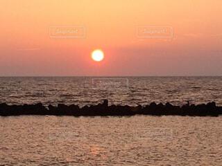 自然,風景,海,空,屋外,太陽,ビーチ,雲,夕暮れ,水面,海岸,水平線,日没,うみ,日の出,新潟,日本海,眺め,綺麗な夕日,海に沈む夕日,海に沈む,夏の夕日