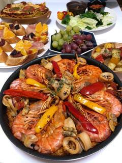 食べ物の皿をテーブルの上に置くの写真・画像素材[4382132]