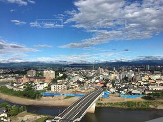 空,建物,橋,屋外,雲,晴れ,水面,山,景色,高層ビル,屋上,眺め