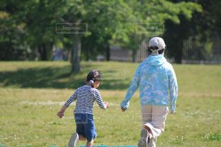 公園,スポーツ,緑,後ろ姿,日差し,子供,女の子,走る,草,楽しい,樹木,ジョギング,暖かい,二人,幼児,小学生,遊び,休日,5月,芝,昼間,五月,陽射し,背後,駆け足,楽しく