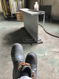 工場で休憩をしている作業員の足元の写真・画像素材[4427492]