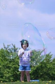 シャボン玉を飛ばす女の子の写真・画像素材[4930108]