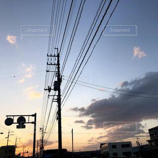 空,屋外,太陽,雲,夕暮れ,標識,電線,電気,明るい,電線路
