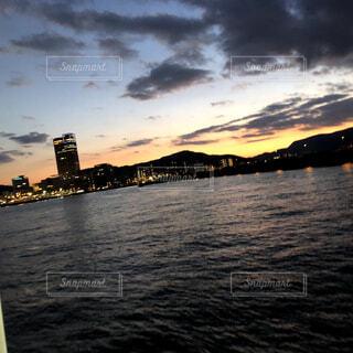 風景,空,ビル,屋外,湖,雲,夕暮れ,船,水面,街