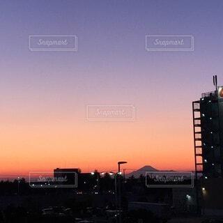 風景,空,建物,屋外,雲,夕暮れ,夕方,山,タワー,都会,高層ビル,明るい,グラデーション,偶然,暗くて明るい