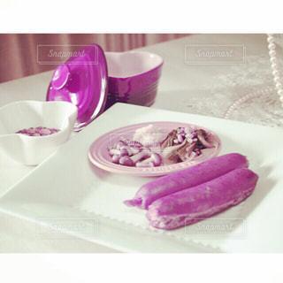 皿の上のソーセージの写真・画像素材[2499331]
