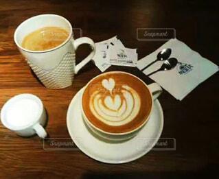 食べ物,コーヒー,屋内,テーブル,スプーン,茶碗,皿,マグカップ,食器,カップ,カプチーノ,エスプレッソ,紅茶,カフェオレ,ドリンク,ラテ,フラットホワイト,コーヒー牛乳,カフェイン,ホワイトコーヒー,インスタントコーヒー,マキアート,食器類,コーヒー カップ,受け皿,コーヒー飲料,たんぽぽコーヒー