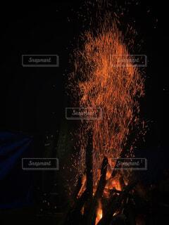 舞い上がる火の粉の写真・画像素材[4434481]