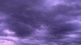紫色の夕暮れの空の写真・画像素材[4387248]