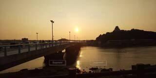 橋,絶景,太陽,夕焼け,夕暮れ,川,水面,街路灯