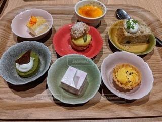 食べ物,デザート,テーブル,皿,小皿,食器,木目,ビュッフェ,ファストフード,大皿,個別,バイキング,ボウル