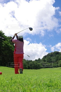 ゴルフする人の写真・画像素材[4395309]