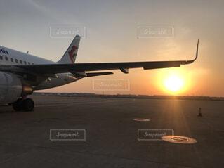 夕焼けと飛行機の写真・画像素材[4390603]