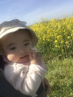 子ども,風景,花,春,お花畑,屋外,散歩,菜の花,人物,人,赤ちゃん,幼児,人間の顔