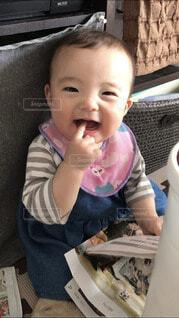 子ども,風景,屋内,人物,人,笑顔,赤ちゃん,食べる,いたずら,人間の顔