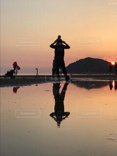 子ども,海,空,屋外,ビーチ,親子,夕焼け,水面,夕方,シルエット,人物,人,肩車,赤ちゃん,像,父親,ウユニ塩湖,お父さん
