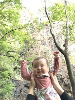 子ども,自然,風景,屋外,バンザイ,山,滝,樹木,人物,人,赤ちゃん,幼児,たかいたかい,人間の顔