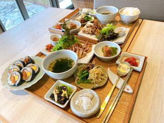 食べ物,ランチ,テーブル,野菜,皿,食器,サラダ,箸,料理,木目,韓国料理,ファストフード,大皿