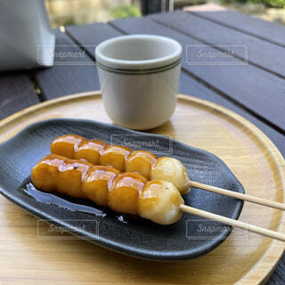 みたらし団子と1杯のお茶の写真・画像素材[4392372]